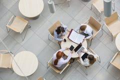Wysokiego kąta widok bizneswomany pracuje w biurowej bakłaszce obraz royalty free