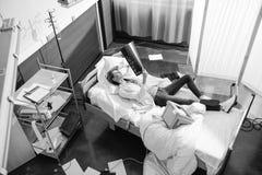 Wysokiego kąta widok doktorski egzamininuje promieniowanie rentgenowskie obrazek na łóżku obrazy royalty free