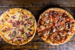 Wysokiego kąta widok dwa smakowitej różnej pizzy z rozmaitością Zdjęcia Stock