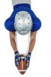 Wysokiego kąta widok futbolu amerykańskiego gracza dojechanie w kierunku piłki Fotografia Stock