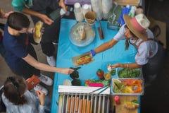 Wysokiego kąta widok grill Sprzedaż i usługa z weganinu hot dog robić z soi proteiny wiener na weganinu hot dog babeczce Obraz Stock