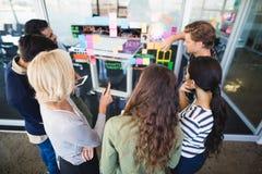 Wysokiego kąta widok ludzie biznesu dyskutuje na szklanej ścianie Zdjęcia Royalty Free