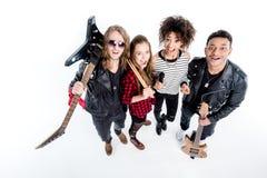 Wysokiego kąta widok młoda rock and roll zespołu pozycja z mikrofonem Obrazy Royalty Free