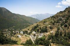 Wysokiego kąta widok mała wioska z tarasowatym polem, Uttarkashi zdjęcia stock