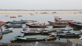 Wysokiego kąta widok na zakotwiczać łodziach w zatoce Ganges rzeka w Varanasi zbiory