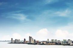 Wysokiego kąta widok nad Pattaya miastem z jasnym niebieskim niebem, punkt zwrotny w wschodnim mieście Tajlandia zdjęcia stock