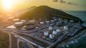 Wysokiego kąta widok nafciany zakład petrochemiczny i benzynowy składowy zbiornik zdjęcia stock