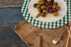 Wysokiego kąta widok oliwki słuzyć w talerzu Fotografia Royalty Free