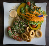 Wysokiego kąta widok Piec na grillu posiłek stek, obraz royalty free