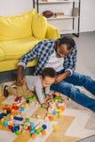 wysokiego kąta widok potomstwa ojcuje z ślicznym małym synem bawić się z kolorowymi blokami obrazy royalty free
