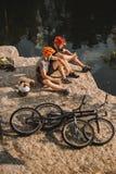 wysokiego kąta widok próbnych rowerzystów odpoczynkowe pobliskie bele kocioł i góra cykle na skalistej falezie obraz royalty free