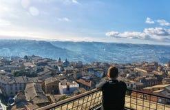 Wysokiego kąta widok przyglądający za starym Włoskim szczytu miasteczku nad fotografia stock
