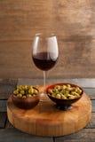 Wysokiego kąta widok zielone oliwki słuzyć w pucharze wineglass Obrazy Stock