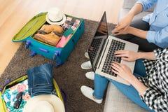 Wysokiego kąta widoku fotografia dwa ludzie używa komputer Zdjęcie Royalty Free