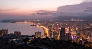 Wysokiego kąta widoku timelapse półmrok noc spada nad Benidorm miastem i zatoką Costa Blanca, Hiszpania zbiory