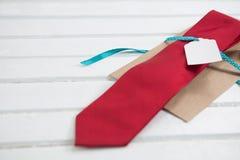 Wysokiego kąta widok czerwony krawat na stole Obrazy Royalty Free
