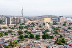 Wysokiego kąta widok nad slamsami Luanda z mauzoleumem Agostinho Neto wierza w tle, Angola, Afryka Obrazy Stock