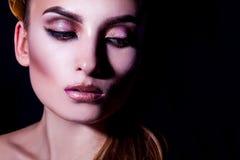 Wysokiego kontrasta portret piękna młoda dorosła kobieta z makeup obraz stock