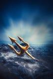 Wysokiego kontrasta wizerunek Poseidon& x27; s trójząb przy morzem Zdjęcia Stock