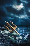 Wysokiego kontrasta wizerunek Poseidon& x27; s trójząb przy morzem Obraz Royalty Free