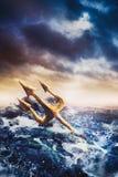 Wysokiego kontrasta wizerunek Poseidon& x27; s trójząb przy morzem Zdjęcia Royalty Free