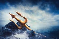 Wysokiego kontrasta wizerunek Poseidon& x27; s trójząb przy morzem Zdjęcie Stock