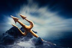 Wysokiego kontrasta wizerunek Poseidon& x27; s trójząb przy morzem Zdjęcie Royalty Free