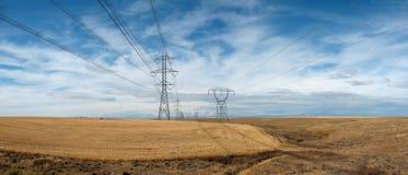 Wysokiego napięcia linie energetyczne i górują Obrazy Royalty Free