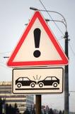 Wysokiego ryzyka karambol Drogowy znak z okrzyka punktem fotografia stock