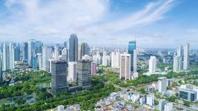 Wysokiego urzędu budynek z niebieskim niebem Zdjęcie Stock
