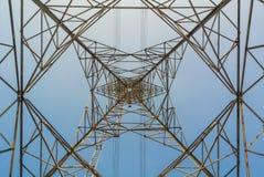 Wysokiego woltażu elektryczna poczta w górę widok w niebie Zdjęcie Royalty Free