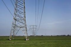 Wysokiego woltażu elektryczny przekaz góruje elektryczność pilony a obraz royalty free