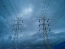 Wysokiego woltażu elektryczny słup w podeszczowej burzy Fotografia Stock