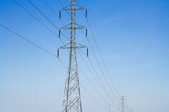 Wysokiego woltażu elektryczny słup z niebieskim niebem i inżynierii backgro Zdjęcie Stock