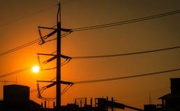 Wysokiego woltażu przekazu i słupa elektryczne linie w mieście Przy zmierzchem elektryczno?? pilony W?adza i energia 3d odp?acaj? obrazy royalty free