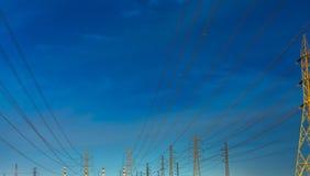 Wysokiego woltażu przekazu i słupa elektryczne linie w wieczór Elektryczność pilony przy nocą Władza i energia Energia zdjęcia royalty free