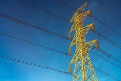 Wysokiego woltażu przekazu i słupa elektryczne linie w wieczór Elektryczność pilony przy nocą Władza i energia Energia obrazy royalty free