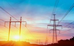 Wysokiego woltażu przekazu wierza energii Elektryczny pilon Zdjęcia Stock