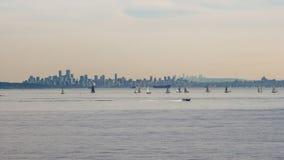 Wysokiego wzrosta duży miasto na horyzoncie z jachtami przed nim obrazy royalty free