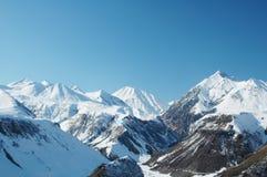 wysokiej góry śnieżna poniższa zimy. Fotografia Stock