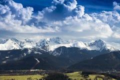 Wysokiej góry pasma panorama z śniegiem podczas zimy Zdjęcia Royalty Free