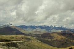 Wysokiej góry pustyni dolina z śnieżnymi graniami góry obrazy royalty free