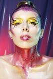 Wysokiej mody modela dziewczyny portret z kolorowy żywym uzupełniał Ab Fotografia Royalty Free