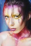 Wysokiej mody modela dziewczyny portret z kolorowy żywym uzupełniał Ab Zdjęcie Royalty Free