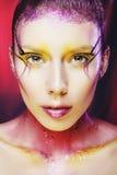 Wysokiej mody modela dziewczyny portret z kolorowy żywym uzupełniał Ab Obrazy Stock