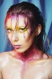 Wysokiej mody modela dziewczyny portret z kolorowy żywym uzupełniał Ab Zdjęcia Royalty Free