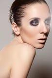 Wysokiej mody styl. Model z ciemnym glosa makijażem, mokra fryzura Zdjęcia Stock