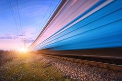 Wysokiej prędkości błękitny pociąg pasażerski w ruchu na linii kolejowej Zdjęcia Royalty Free