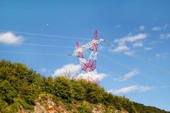 Wysokiej woltaż władzy przekazu elektryczny wierza, elektryczność słup i Elektryczna dystrybucja przekaz linia/ Obraz Royalty Free