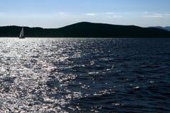 Wysokość kontrastował teksturę falista morze nawierzchniowa i odległa żaglówka Obraz Stock